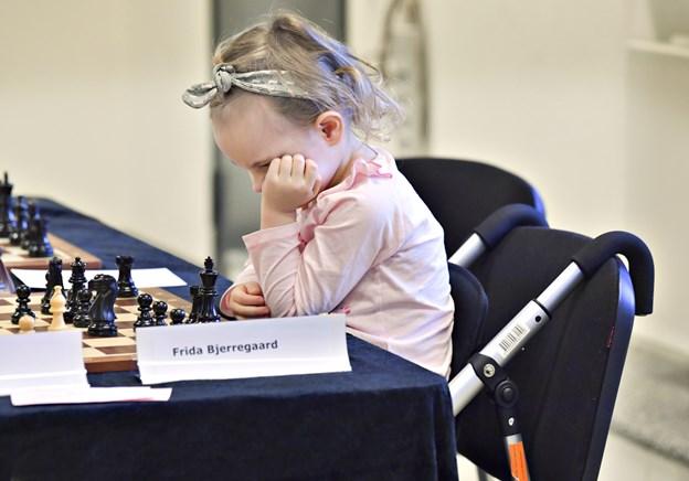 Der er koncentration, når de unge mennesker spiller skak.