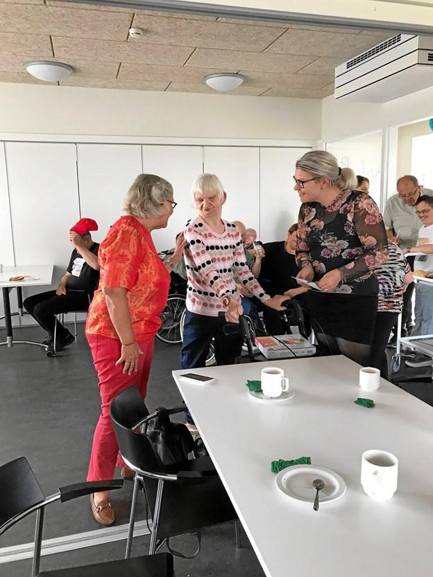 Birgit Hjortlund tv. overrækker gaverne til en af Nordstjernens beboere og afdelingsleder Rikke Thomasberg th. Privatfoto