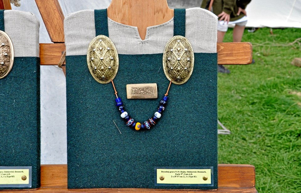 I vikingetiden var det meget almindeligt, at kvinder som en del af deres klædedragt bar disse ovale skålspænder. Her ses en af Ken Ravn Hedegaards flotte bronzekopier af et originalt fund. Foto: Nordjyllands Historiske Museum