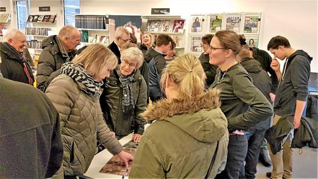 Borgerne stimlede sammen om kortene og byplanlæggerne Lise Overby Nørgaard og Charlotte Zeth Andersen. Foto: Karl Erik Hansen