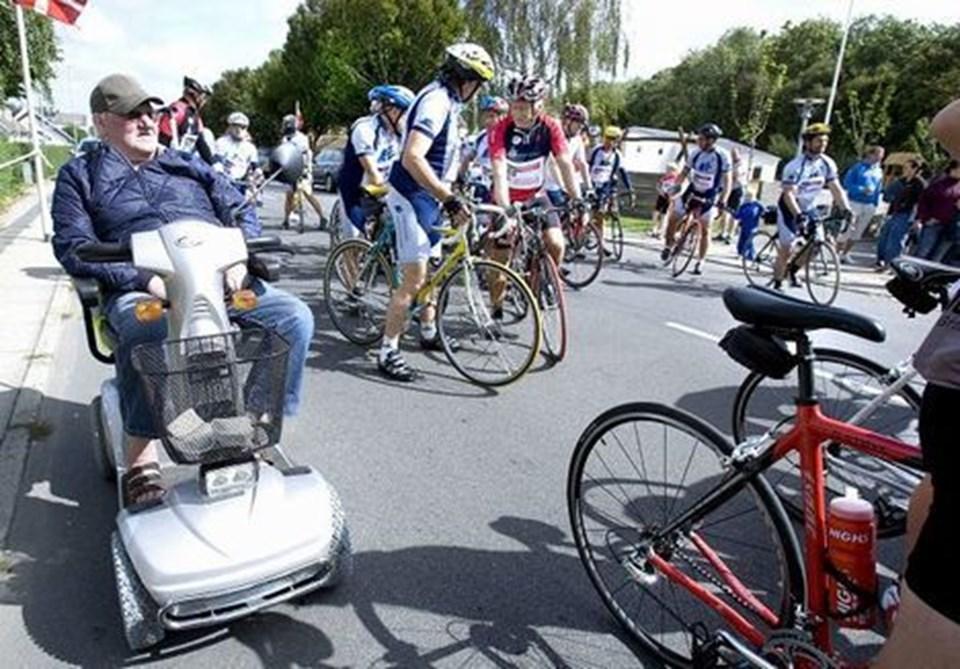 Der gøres klar til cykelløb i Birkelse... I alt blev der via sponsorer samlet 86.000 kroner ind til idrætsforeningen samt 14.200 kroner til kræftramte børn.