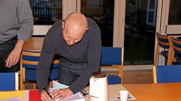 Der skal være orden i replikkerne, som her hvor Dennis Arboe lige tjekker efter.Foto: Hans B. Henriksen Hans B. Henriksen