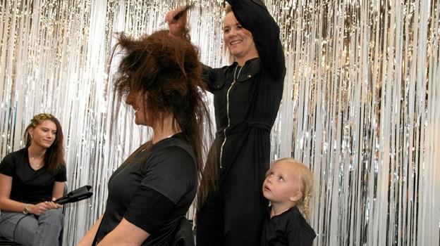 Pigerne bliver her gjort klar til dagens Hairshow. Foto: Flemming Dahl Jensen Flemming Dahl Jensen