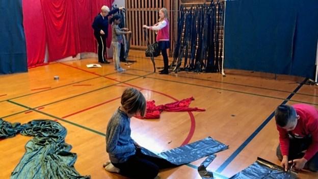 Sort plastik kan bruges til mange ting i forbindelse med en ballet. Foto: Marie Fly Steensen