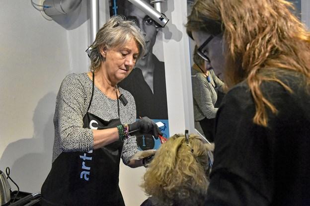 """Bente Sø Kristensen får her undervisning i brug af de nye grønnere produkter af konsulent Elsebeth Klausen fra """"Hair Team Company"""". Foto: Ole Iversen Ole Iversen"""
