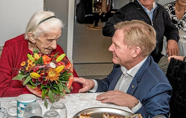 Borgmester Per Bach Laursen overrækker 100 års fødselaren en blomsterhilsen. Foto: Mogens Lynge