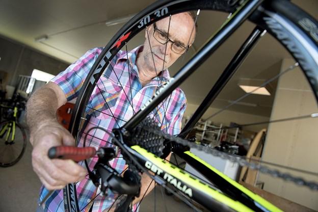 I en af de tre ledsagervogne sidder cykelmekaniker Hans Lund Sørensen, som efter omtremt hver eneste træning må finde sit værktøj frem - eksempelvis fordi der trædes for hårdt i pedalen under gearskifter.
