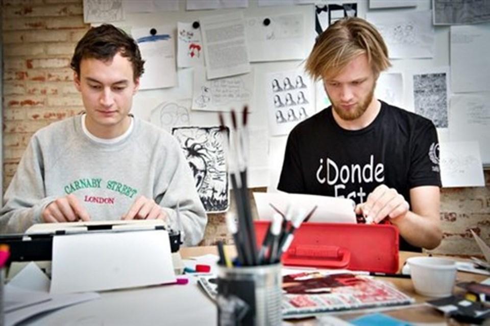 Kaospiloterne Kristian Schwarz og René Sørensen banker i de gamle skrivemaskiner, koncentreret om at lave filmfestivalens magasin.
