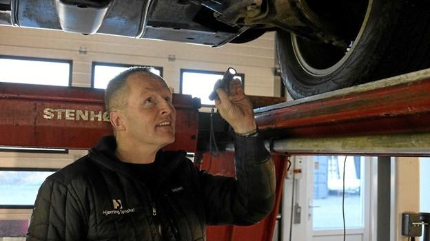 Styretøjet er vigtigt for bilens sikkerhed, der her får et tjek af Rene Otkjær Kristensen. Tommy Thomsen