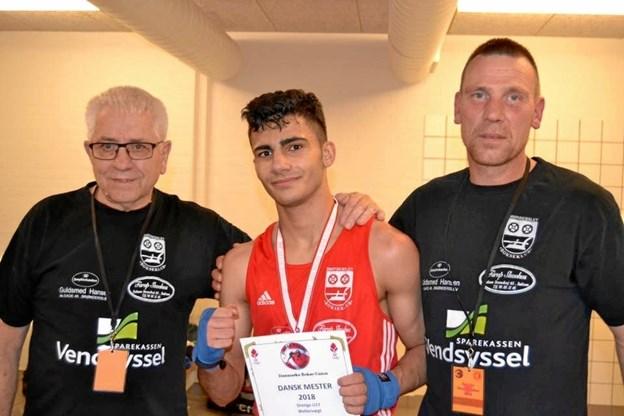 Malek med sine to trænere, som troede på den unge bokser. Erik Thrane (tv) og Thomas Jensen (th)Privatfoto