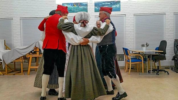 """Folkedanseropvisning var et af indslagene til """"Anderledes uge"""" på Klitrosen.Privatfoto"""