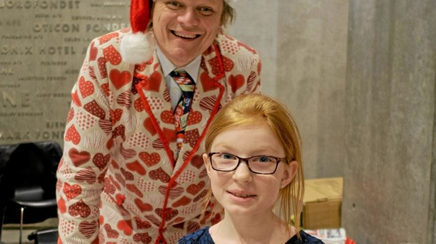 Efter showet gav Sigurd Barrett sig god tid til at skrive autografer og blive fotograferet sammen med børnene. Her bliver Nadia fra Sindal fotograferet sammen med sit store idol. Foto: Niels Helver Niels Helver