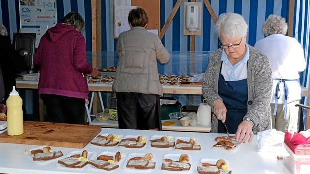 Fiskekrogens damer har travlt med at forberede smagsprøver til de inviterede gæster. Foto: Niels Helver Niels Helver