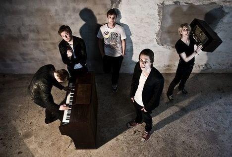 thisteds eget Artificial Brothers, som ses på billedet, er sammen med Wonder Rubber Stars nomineret i DR-talentkonkurrence. Bandfoto