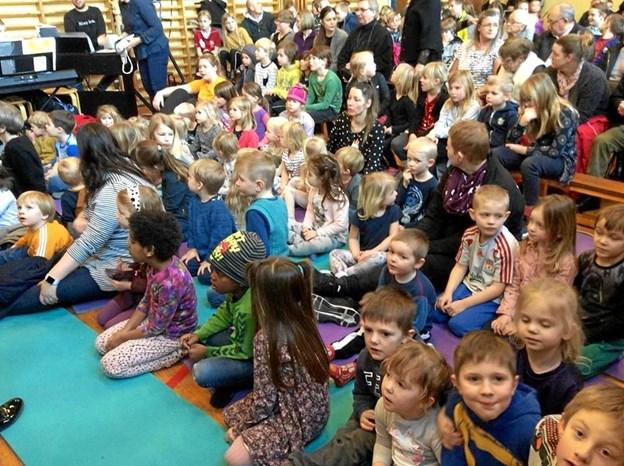 """Musicalen """"Svinedrengen"""" blev fredag opført for bl. a. skolens indskolingselever og gæster fra Hellum Fri. Privatfoto"""