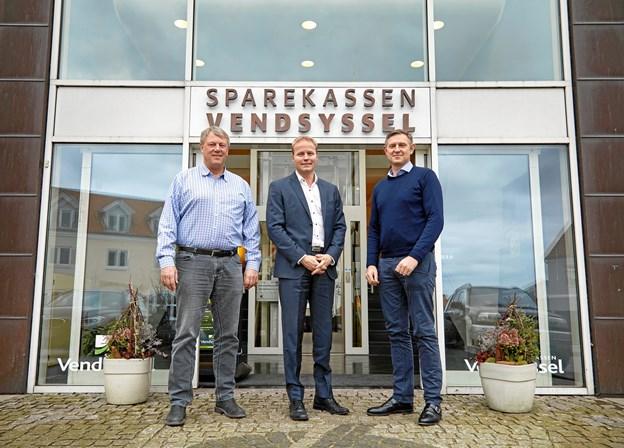 Fra venstre Søren Rasmussen, medejer af Eurowind Energy A/S - Brian Kristiansen, direktør for Region Mariagerfjord i Sparekassen Vendsyssel samt Jens Rasmussen, administrerende direktør i Eurowind Energy A/S og nyt bestyrelsesmedlem i Sparekassen Vendsyssel stående foran Sparekassen Vendsyssels afdeling i Mariager. Privatfoto