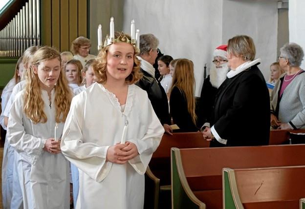 Elever fra Vendsyssel Friskole gik forleden Luciaoptog i Mosbjerg Kirke i forbindelse med adventsfesten. Foto: Niels Helver