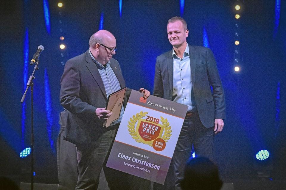 Claus Christensen, leder i en menneskealder, for Bedsted KFUM Volley fik prisen om Årets Leder af direktør for Sparekassen Thy Ole Beith. Foto: Ole Iversen Ole Iversen