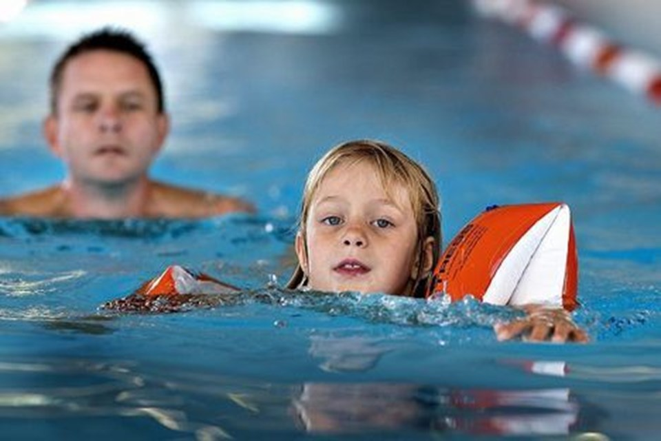 Laura Marie på syv år gav sin far, Niels Ørtved, Hou, baghjul, da de begge svømmede 500 meter i Koldkær Svømmehal.