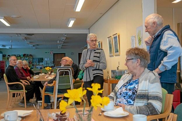 Formanden for Solgården Ragna Eriksen byder Poul Sørensen fra Astrup velkommen og er glad for, at han ville træde til med kort varsel. Foto: Niels Helver