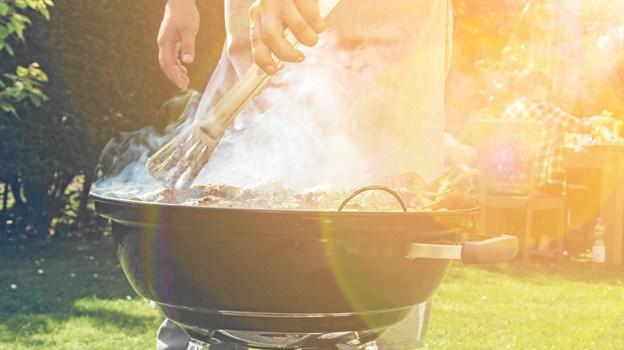 Brug en grill-tang eller lignende, når du arbejder ved grillen - aldrig hænderne. Foto: Shutterstock