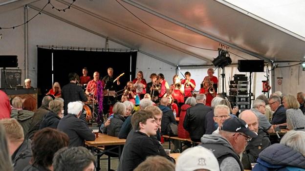 SheBop Big Band gav den fuld gas i det fyldte telt, inden menuen stod på helstegt pattegris med tilbehør. Foto: Tommy Thomsen Tommy Thomsen