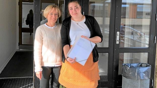 Laura Bisgaard (t.h.) ses her sammen med Gitte Rubæk, skoleleder på Sortebakkeskolen i Nørager. Foto: Privat