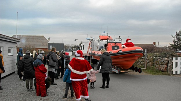 Der ventes udenfor Agger Kirke på at julemanden skal komme og deltage i optoget. Foto: Hans B. Henriksen