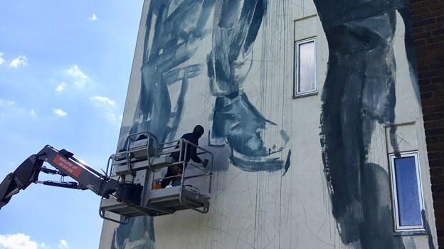 Australske Fintan Magee har i knap en uge været i gang med et enormt værk på Tove Ditlevsensvej. Foto: Kirk Gallery
