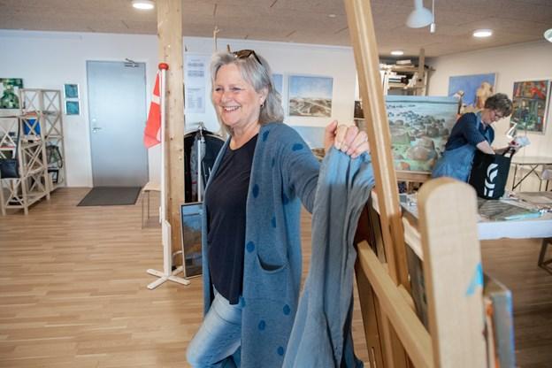 Erna Iversen er formand for Kontrasterne, hun arbejder professionelt som kunstmaler og underviser.   Foto: Henrik Louis Simonsen. HENRIK LOUIS