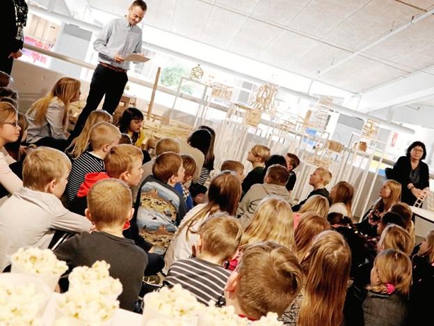 Anders Broholm sagde til de unge kunstnere, at man skal turde stå ved det, man kan. Foto: Frederikshavn Bibliotek