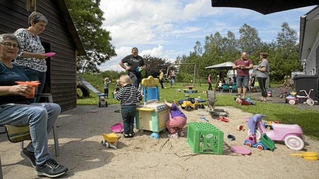 De kommunale dagplejere i Gandrup havde fredag inviteret til sommerafslutning med forældre og børn. Foto: Allan Mortensen Allan Mortensen