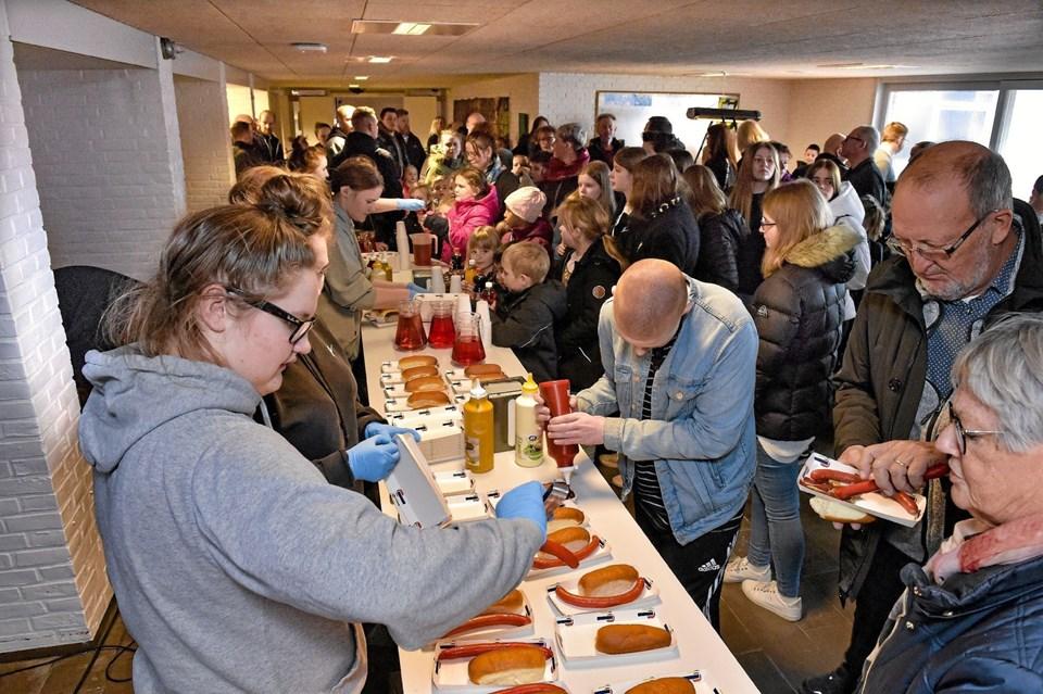 Pølser til alle, efter indvielse af de nye fælleslokaler på Hanstholm Skole