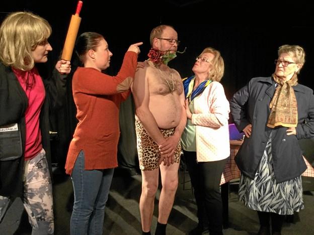 Det vækker vidt forskellige reaktioner, når den hemmelige elsker dukker op. Fra venstre Mariann Madsen, Helle Dam, Jens Kr. Brander, Nielda Hejlesen og Connie Knudsen.