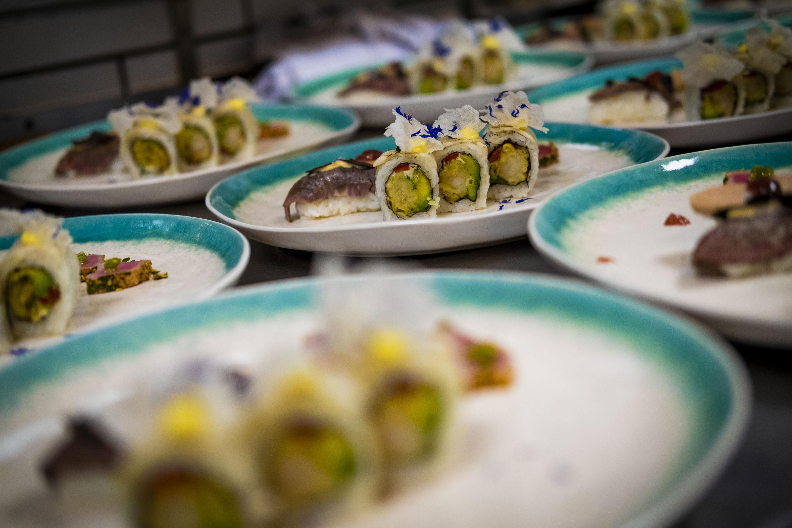 Her er det hovedretten fra SushiMania XO, som blandt andet bestod af tun tataki med wasabirod og ingefær. Foto: Lasse Sand