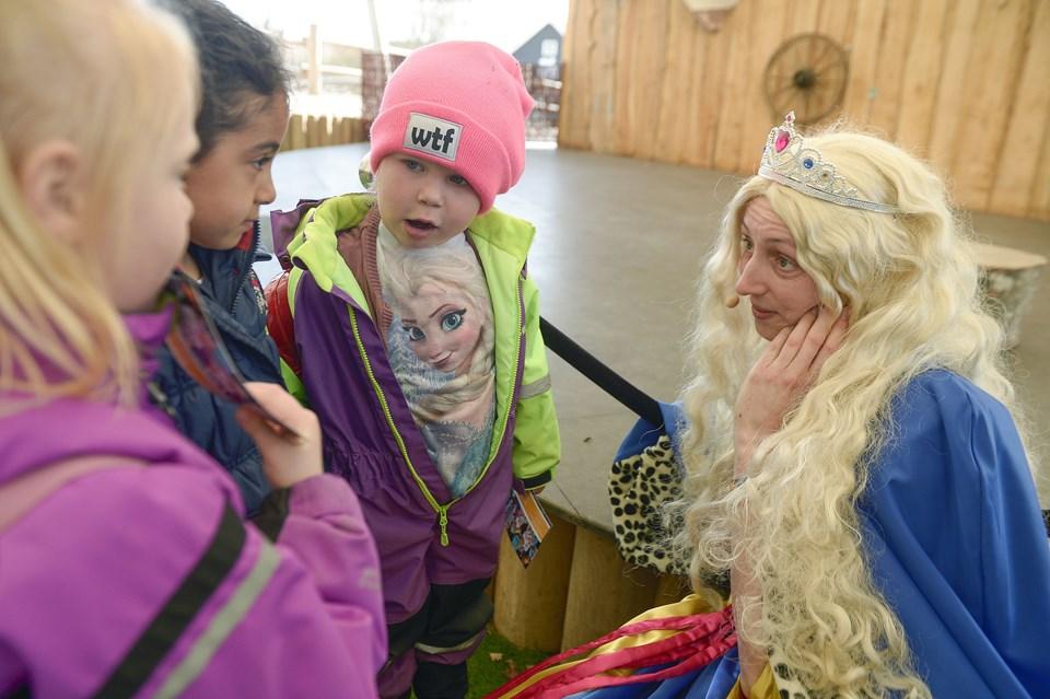 - Tror du mon, at hun dukker op også, spørger karnevalsprinsessen og peger på den disneyprinsesse, der er afbilledet på trøjen over børnehavebarnet Fridas strutmave.