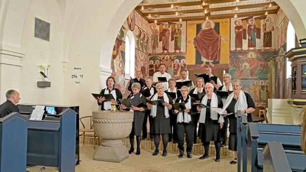 Læsø Kirkekor og organist Kasper Køhl Jensen medvirkede ved søndagens gudstjeneste i Sindal Bykirke. Foto: Niels Helver
