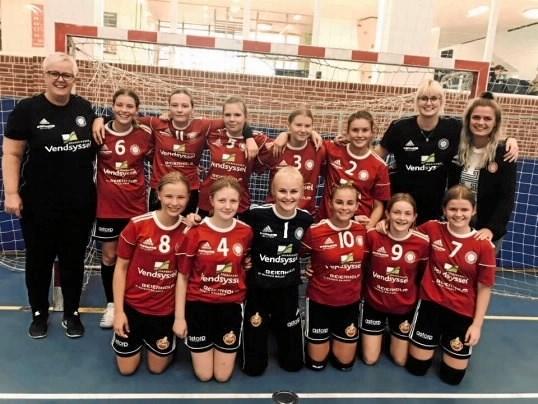 U14 pigerne klarer sig bedre og bedre i 2. division og kan i sidste runde avancere yderligere i tabellen ved hjemme 23. marts at besejre rækkens nummer 1 fra AIK Vejgård.