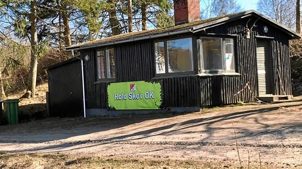 Banneret er med til at holde sammen på det gamle nedslidte klubhus, plejer de at spøge med i Rold Skov Orienteringsklub, som nu satser på at bygge et nyt. Privatfoto