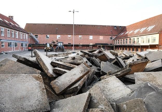 Store bunker med gamle sten præger nu skolegården på Søndergades Skole, som har været folkeskolen siden 1955. En fornyelse af skolegården har længe været højt på ønskesedlen. Foto: Bent Bach