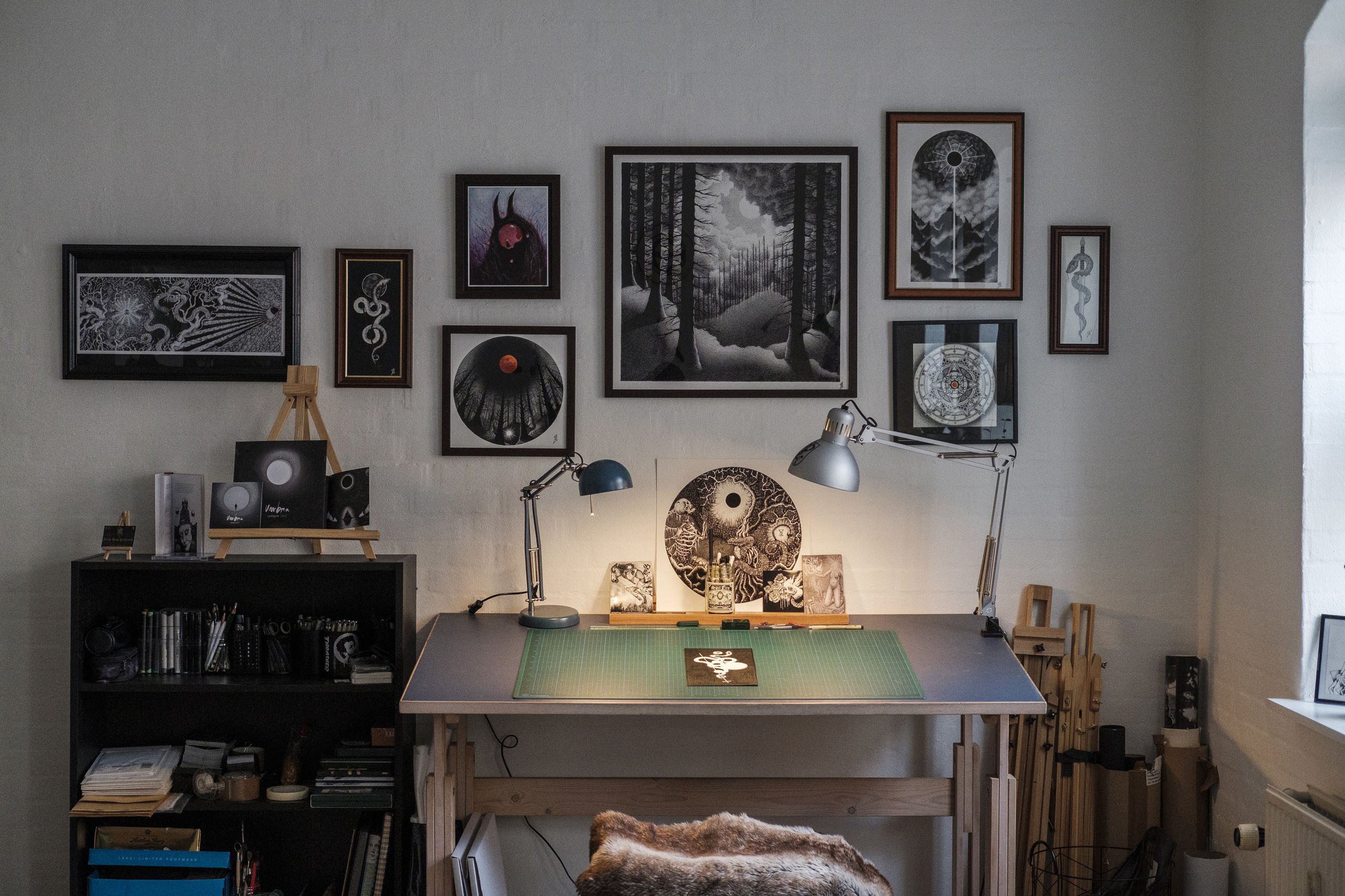 Skovbillederne over skrivebordet er nogle af Simons egne favoritter. Det store i midten er dog et tryk, der er forstørret væsentligt i forhold til originalen. Foto: Lasse Sand