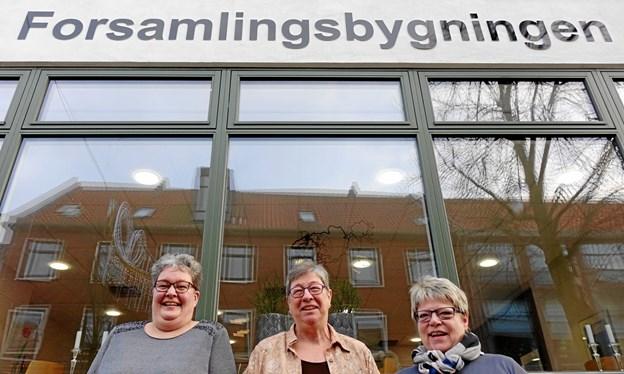 Kathrine Olesen, Kirsten Christiansen og Gurli Kirkedal foran Forsamlingsbygningen, der er base for 70 frivillige grupper.