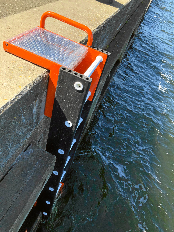 Redningsstigerne rager en meter ned under vandoverfladen og er lavet af dels plastik, dels gummi, hvilket skulle være med til at sikre et bedre greb i stigen. Foto: Henrik Poulsen