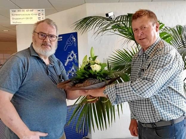 På året generalforsamling overrakte Formand Bjarne Mæng Pedersen en gave til Sven Linde, som tak for 28 år arbejde i bestyrelsen, hvoraf de seneste mange år som foreningens næstformand og sekretær. Privatfoto
