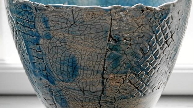 Anni Gregersen har værksted/galleri og bor i Hadsund. Hun er keramiker med speciale i rakubrændt keramik.