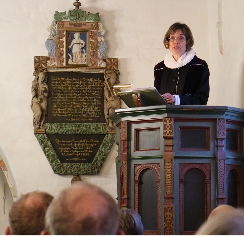 Provst Winne Rischel på prædikestolen. Hun holder foredrag i sognehuset i Bindslev.    Arkivfoto: