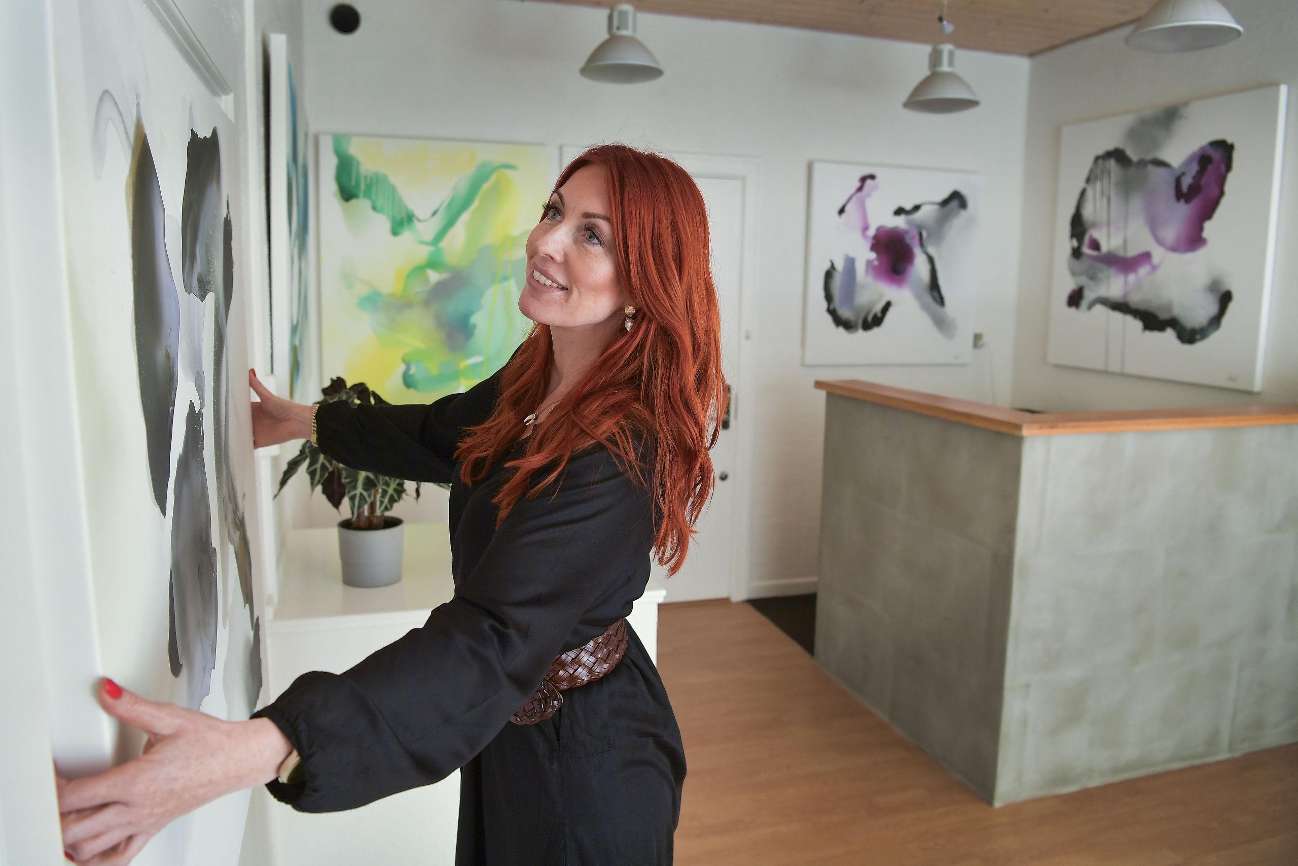 Udover at sætte fokus på kunst, håber Charlotte Zaza også, at hun kan bidrage positivt til tankerne om at være erhvervsdrivende i Nørresundby. Foto: Michael Koch