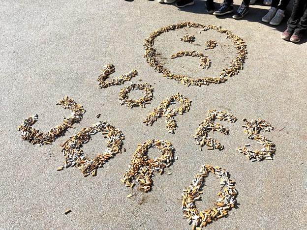 """Vi skal passe på vores jord, og cigaretskod og andet affald i naturen hjælper ikke. Her har eleverne lavet """"skodkunst"""" som afslutning på en uge med fokus på affald. Privatfoto"""