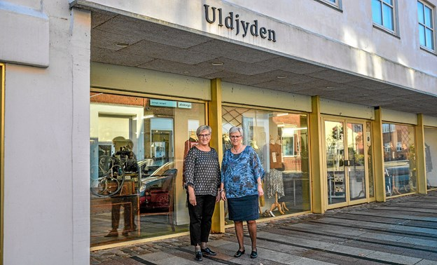 De to ejere, Anni Myrup og Lilly Nielsen foran butikken, som den ser ud i dag. Foto: Mogens Lynge