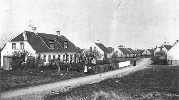 Søndervej i starten af forrige århundrede. Skolebygningen, nr. 5-7, er på dette tidspunkt for længst omdannet til privat beboelse. Længere henne ad vejen ses Søndervej 11 og Søndervej 13. På den modsatte side er der bar mark, for Søndervej 10 og 12 er endnu ikke blevet opført.
